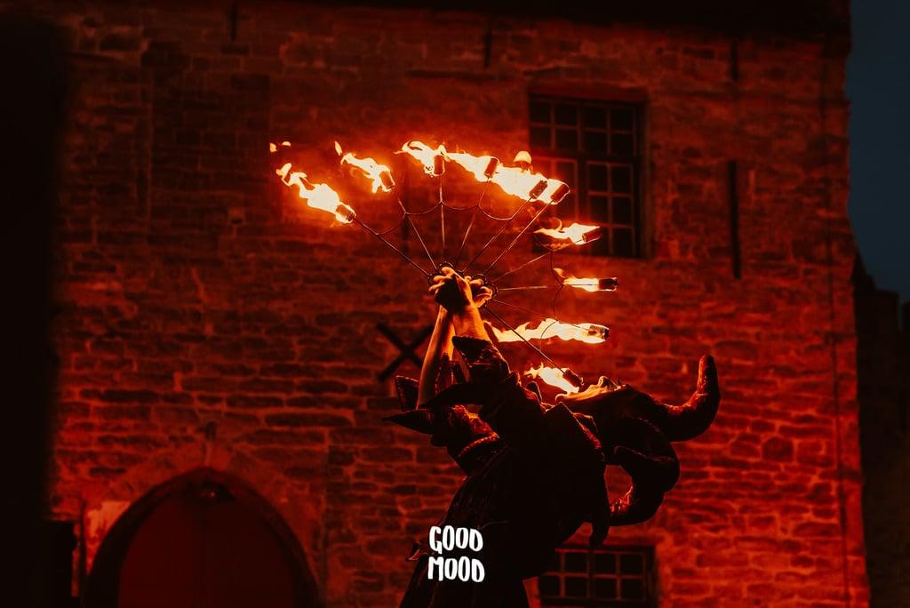 Nar met fire fans voor kasteel van Laarne