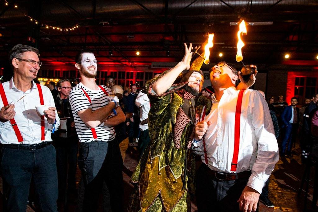 Professionele vuurartiest animeert op een feest
