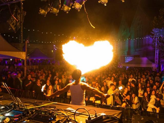 Spectaculaire vuurspuwer op muziekfestival