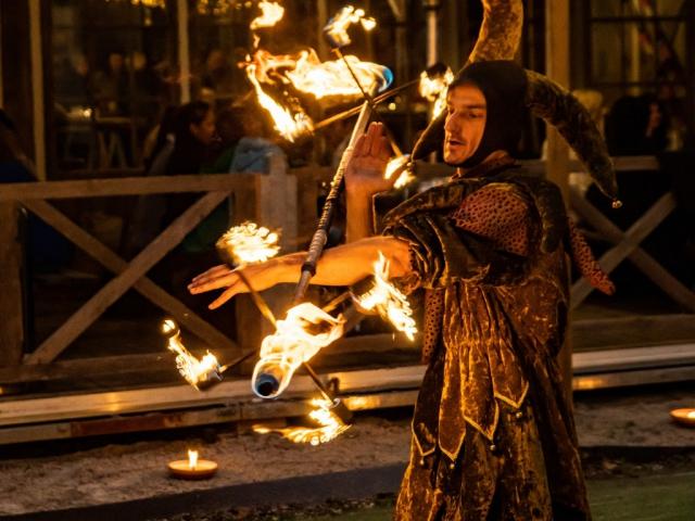 Vurige nar in actie met dragon staff