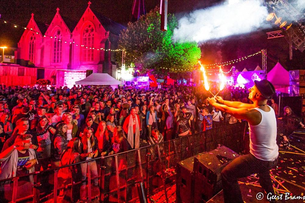 Vuurartiest in actie op festival