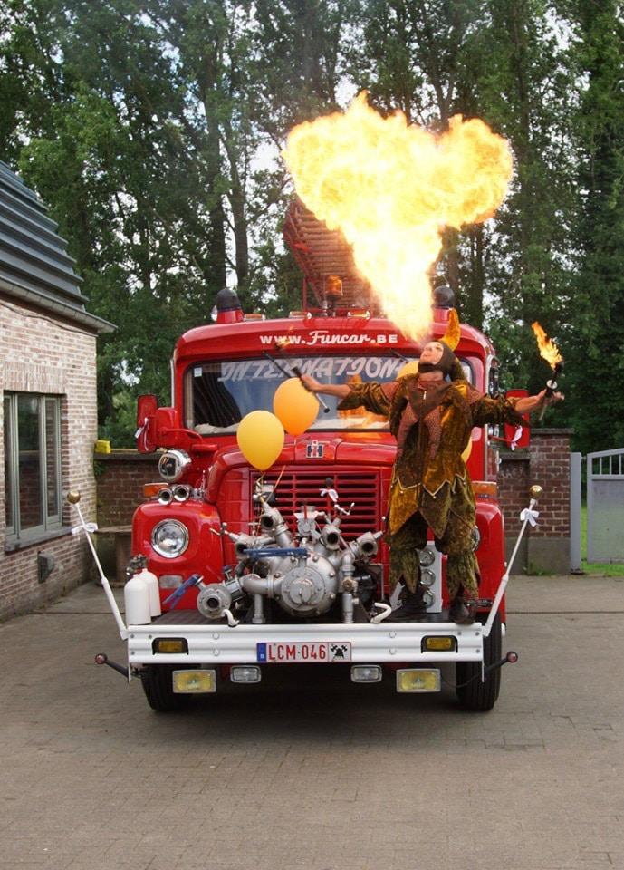 Vuurspuwende nar op oldtimer brandweerwagen