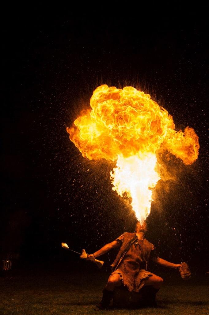 Vuurspuwende nomade spuwt een supervlam